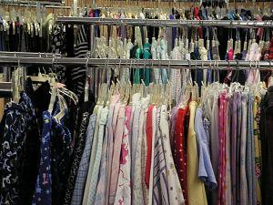 Buktatók és előnyök a használt ruháknál